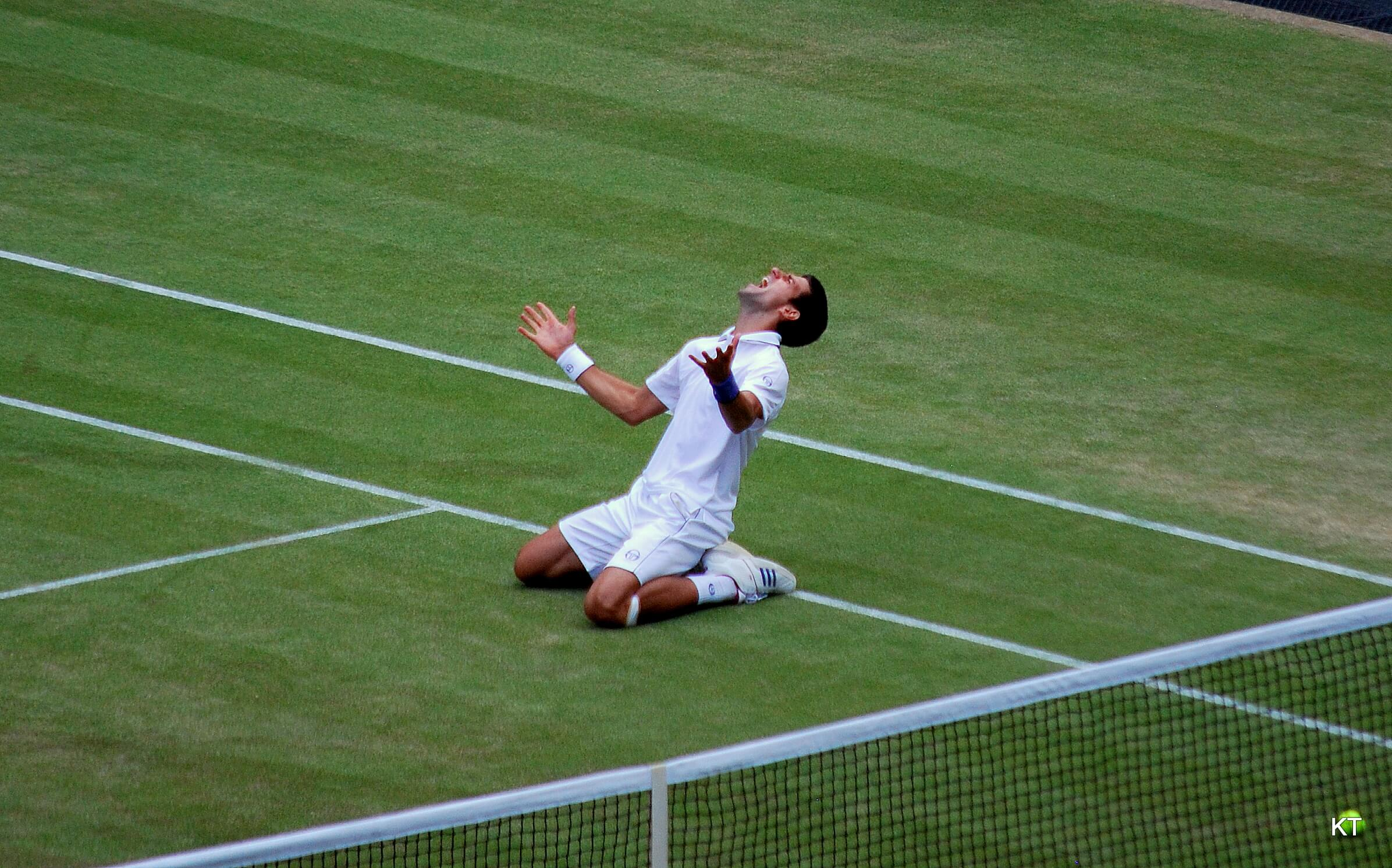 Novak_Djokovic_Wimbledon_2011_semifinal_win_celebration